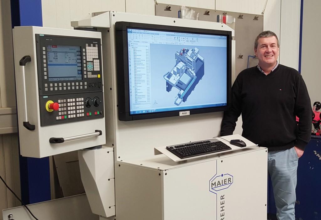 Bild 3. Geschäftsführer Michael Maier freut sich schon auf die Verkaufsgespräche, die er am Konfigurator führen wird. Geplant ist, künftig schneller von der Entwicklung zur fertigen Sondermaschine zu kommen. Bild: Siemens / Ramona Riestere