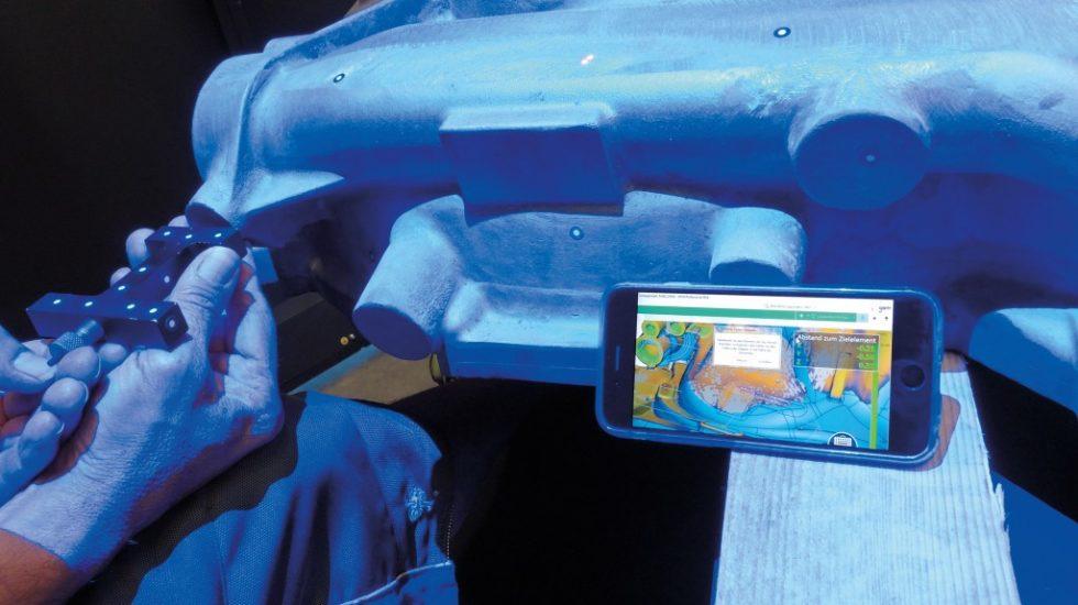 """Bild 1. Markieren der Bohrungsmitte für eine Schraubbefestigung mithilfe der """"BestFit""""-Methode: Das """"iPhone"""" dient als mobiler Bildschirm und zeigt die Positionskorrekturen an. Bild:topometric"""