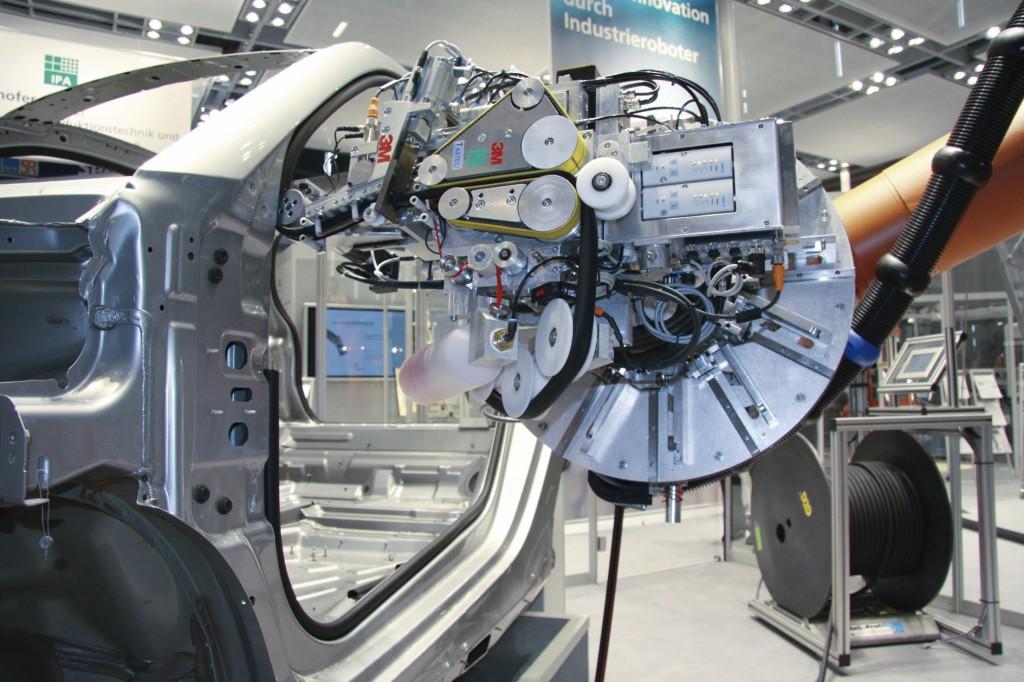 Bild 2. Roboterunterstützte Applikation eines geklebten Kantenschutzes. Bild: 3M