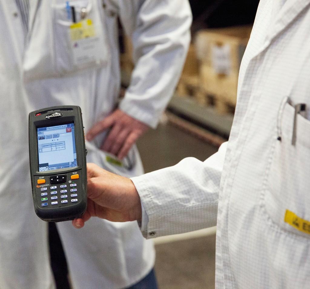 Bild 3. Mobile Geräte sorgen für Flexibilität. Auch das Risiko von Fehleingaben sinkt, wenn Artikelnummern und Lagerplätze gescannt, statt manuell eingetippt werden. Bild: Industria Application Software