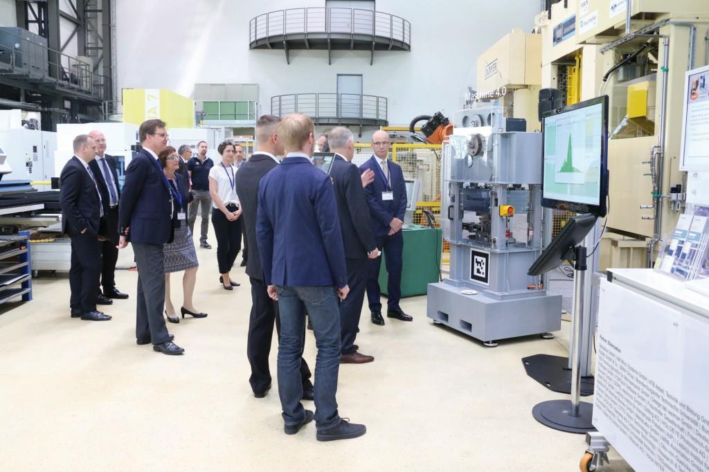 """Bild 2. Eines der Highlights bei den praktischen Demonstrationen war die """"Maschine 4.0"""". Bild: Fraunhofer IWU"""