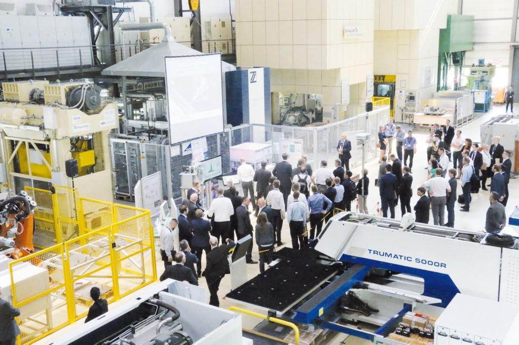 """Bild 3. Das """"Manufacturing Live"""" lockte viele Interessenten in die Versuchsfelder des Fraunhofer-Instituts für Werkzeugmaschinen und Umformtechnik. Bild: Fraunhofer IWU"""