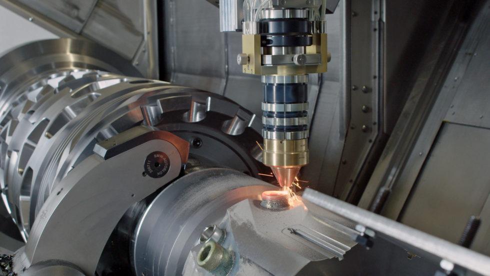 Der Auftragskopf im Einsatz auf einer Millturn-Maschine: Aufgetragene Strukturen können nachbearbeitet werden, ohne dass das Werkstück umgespannt werden muss. Bild: WFL