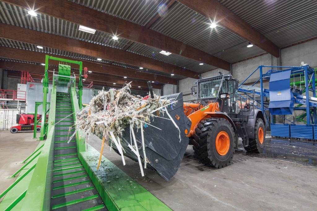 Material wird über das Auflageband in den Querstromzerspaner der neocomp transportiert. Bild: Nehlsen GmbH & Co. KG