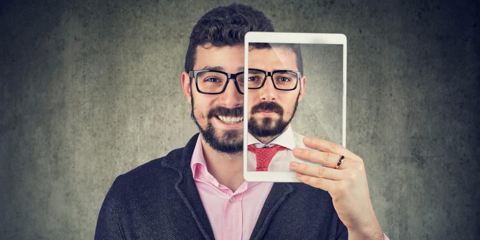 Bewerbungsfoto: Bitte recht freundlich - aber auch seriös! Das Bild kann über Erfolg oder Misserfolg bei der Bewerbung entscheiden. Foto: Panthermedia.net/SIphotography