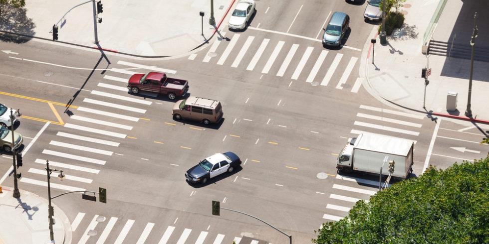 Autos auf einer Kreuzung