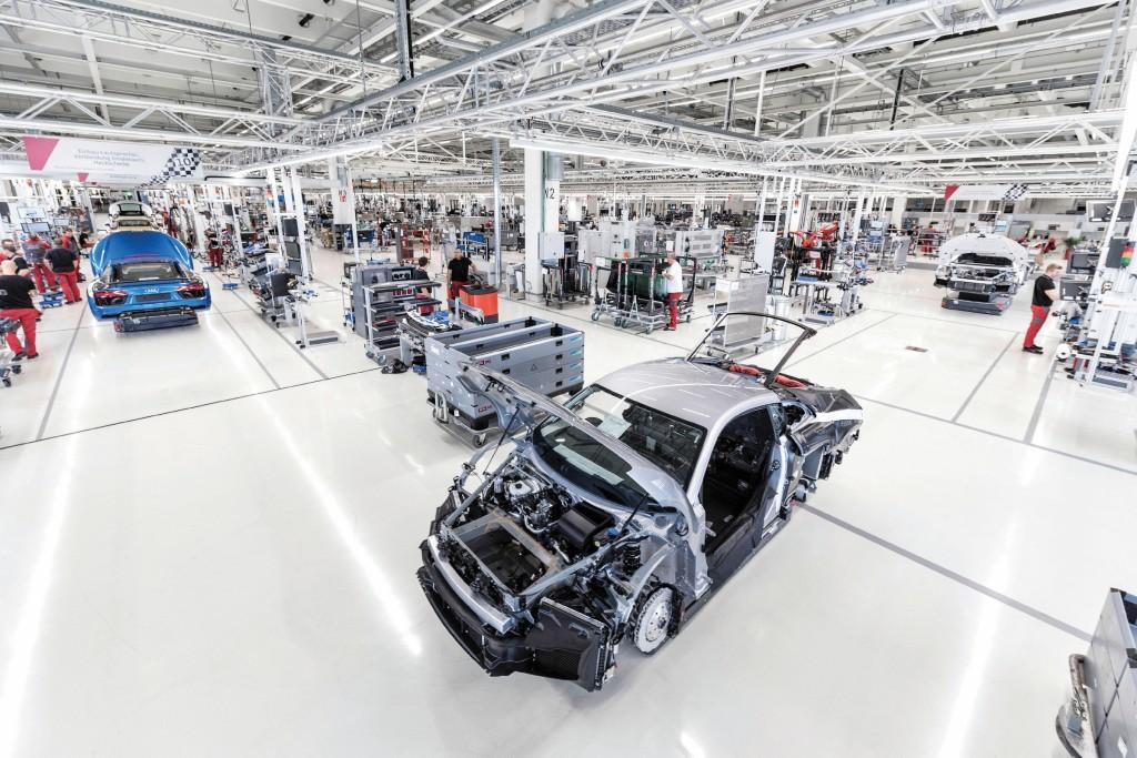 Pilotiertes Fahren ist in der Manufaktur schon Realität, denn die Fahrerlosen Transportfahrzeugen (FTF) navigieren autonom durch die Sportwagenmanufaktur des Audi R8.