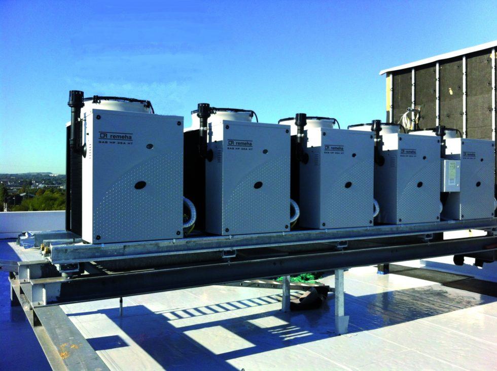 Gaswärmepumpen rechnen mit einem Aufschwung durch die Energiewende. Bei der Absorptionswärmepumpe Gas HP 35 A HT LC handelt es sich um eine gasbetriebene Luft-Wasserwärmepumpe, die im Freien aufgestellt wird. Der Hersteller gibt einen PER (Primary Energy Ratio) von 1,27 bis 1,65 an. Die Fünfer-Kaskade erreicht Heizleistungen von rund 180 kW. Bild: Remeha GmbH