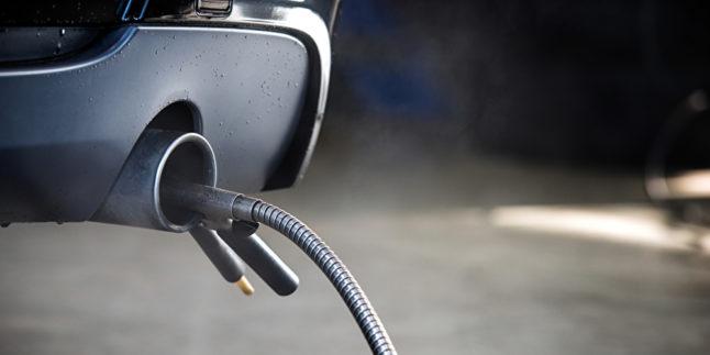 Ein Auspuff ist mit einer diagnostischen Sonde zur Abgasmessung bei Dieselfahrzeugen bestückt