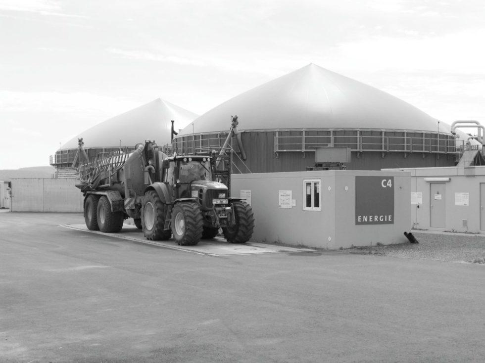 Bild 1. Anlieferung von Substrat in eine Biogasanlage. Quelle: Berufsgenossenschaft Energie Textil Elektro Medienerzeugnisse