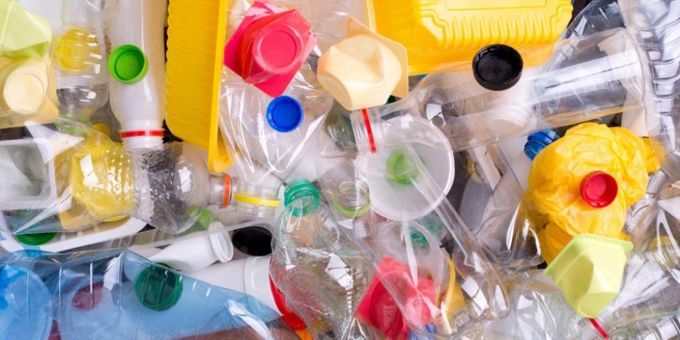 Kunststoffflaschen und -behälter werden für das Recycling vorbereitet. Foto: panthermedia.net/photkas