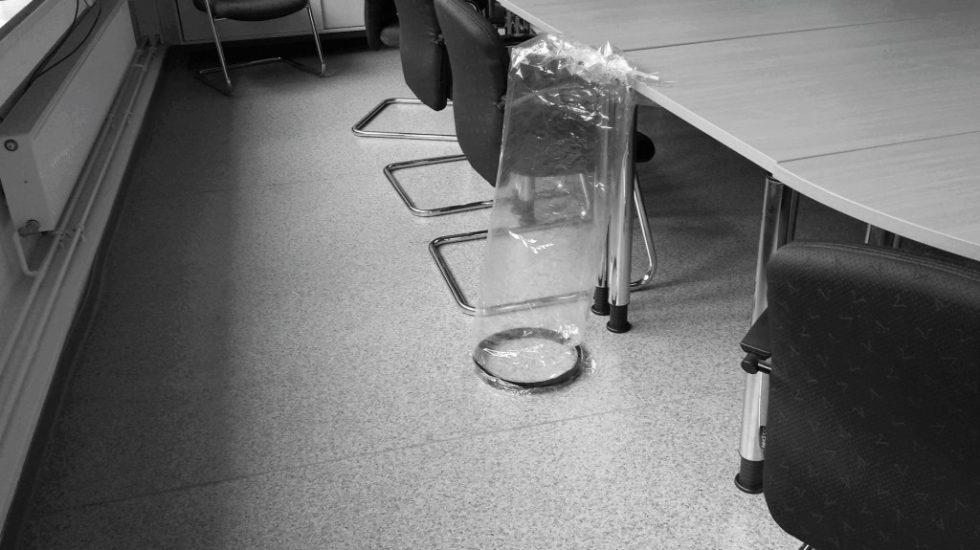 Bild 1. Probenahme Emission aus dem Fußboden. Quelle: NGLA / Odournet GmbH