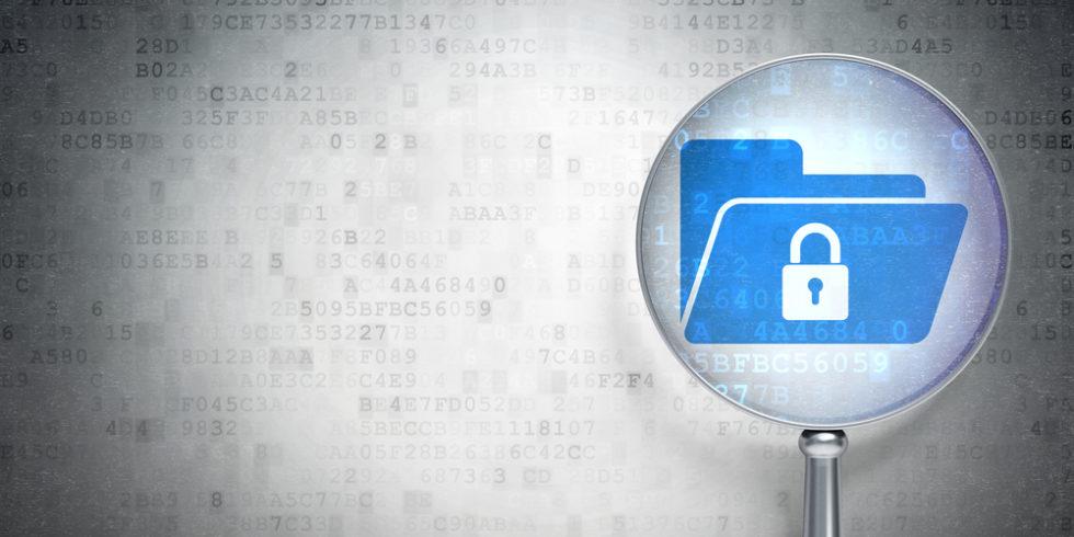Datenschutz-Symbolbild. Eine Lupe hält auf einen blauen Ordner mit weißem Schloss