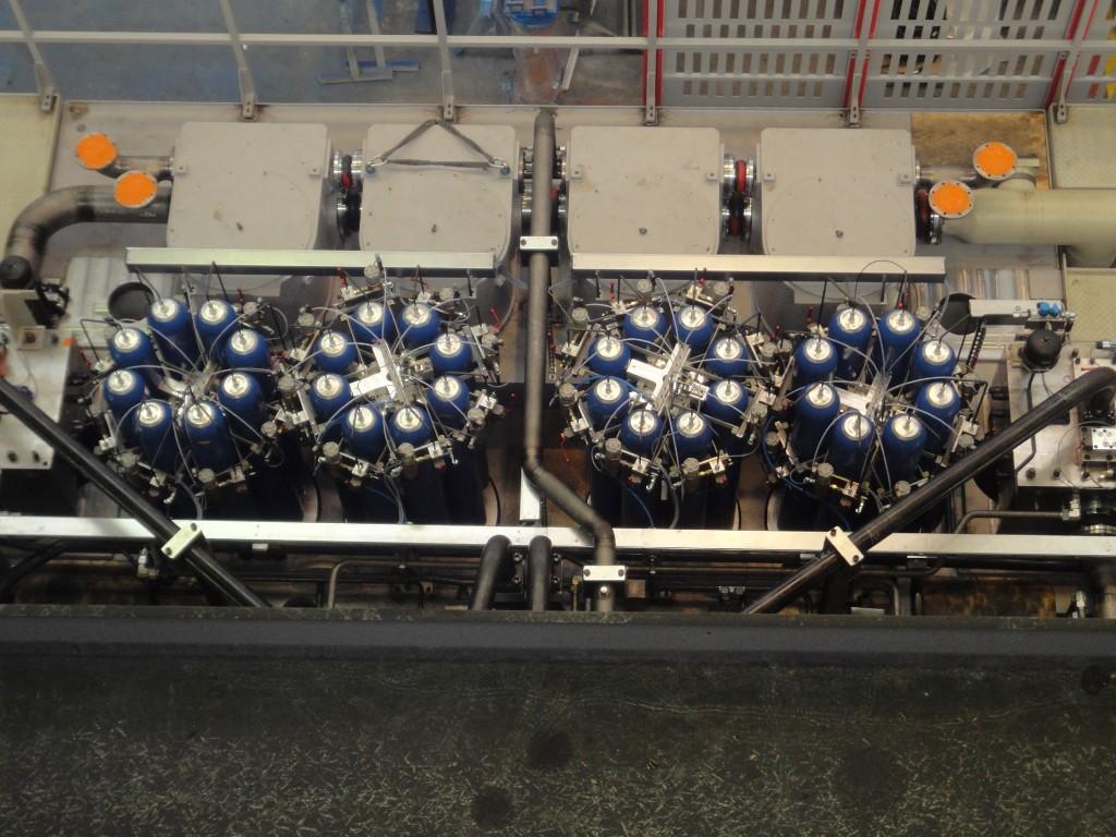 Bild 3 Druckbehälteranlage mit 32 Druckbehältern in einer 2 400-t-Presse. Bild: Schuler Pressen GmbH