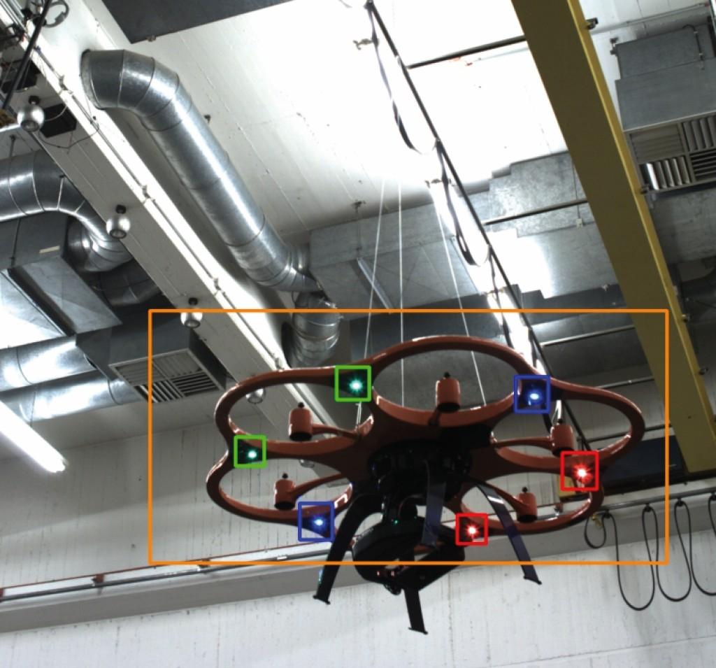 Bild 8 Visualisierung der Detektion des Flugroboters mit durch Vordetektion ermitteltem relevantem Bildbereich (orange umrandet) und Detektion der LED (rot, grün, blau umrandet). Quelle: Uni Kassel /Fraunhofer FKIE