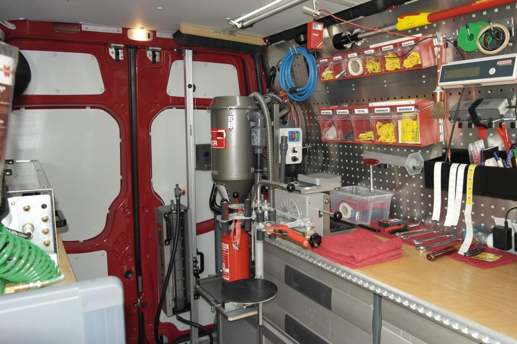 Typischer mobiler Arbeitsplatz zur Instandhaltung und Prüfung von Feuerlöschern in einem Kleintransporter.