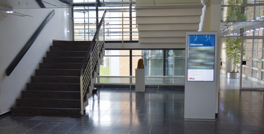 Bild 1 Informationsstele im notwendigen Treppenraum eines Verwaltungsgebäudes. Quelle: BFT Cognos GmbH