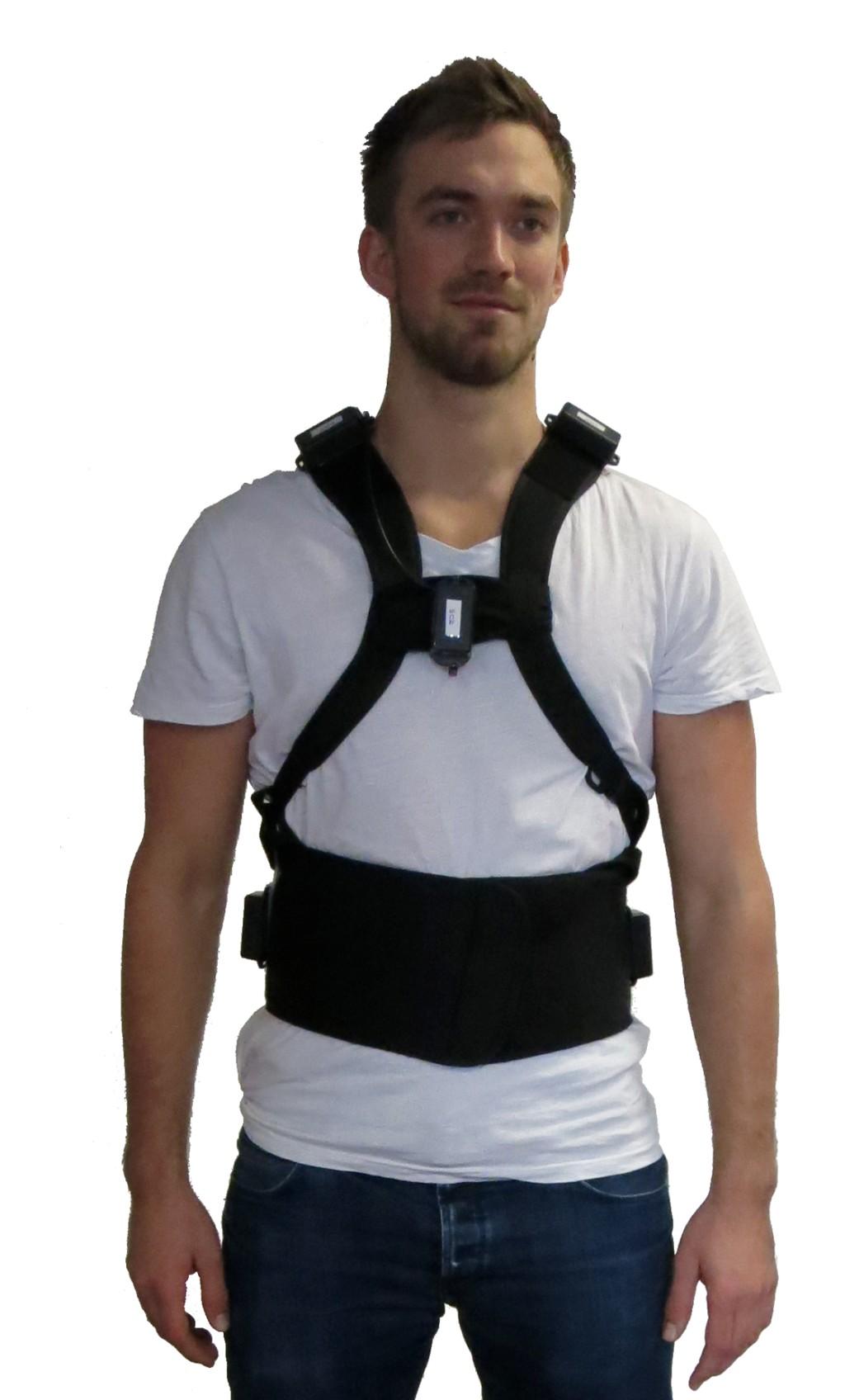 """""""CareJack Soft"""" mit fünf Inertialsensoren (zwei auf der Schulter, zwei über der Hüfte und einer am Brustbein), Feedback-Vibrationsmodul über der rechten Hüfte, Akku sowie embedded Controllermodul am unteren Rücken Bild: Fraunhofer IPK"""