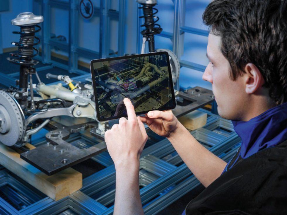 """Durch die Verknüpfung von Visualisierungs- und Trackingtechnologien direkt mit dem CAD-System ermöglichen die Forscher des Fraunhofer IGD den ‧routinemäßigen Einsatz von Augmented Reality im Kontext """"Industrie 4.0"""" und """"Digital Twin"""" Bild: Fraunhofer IGD"""