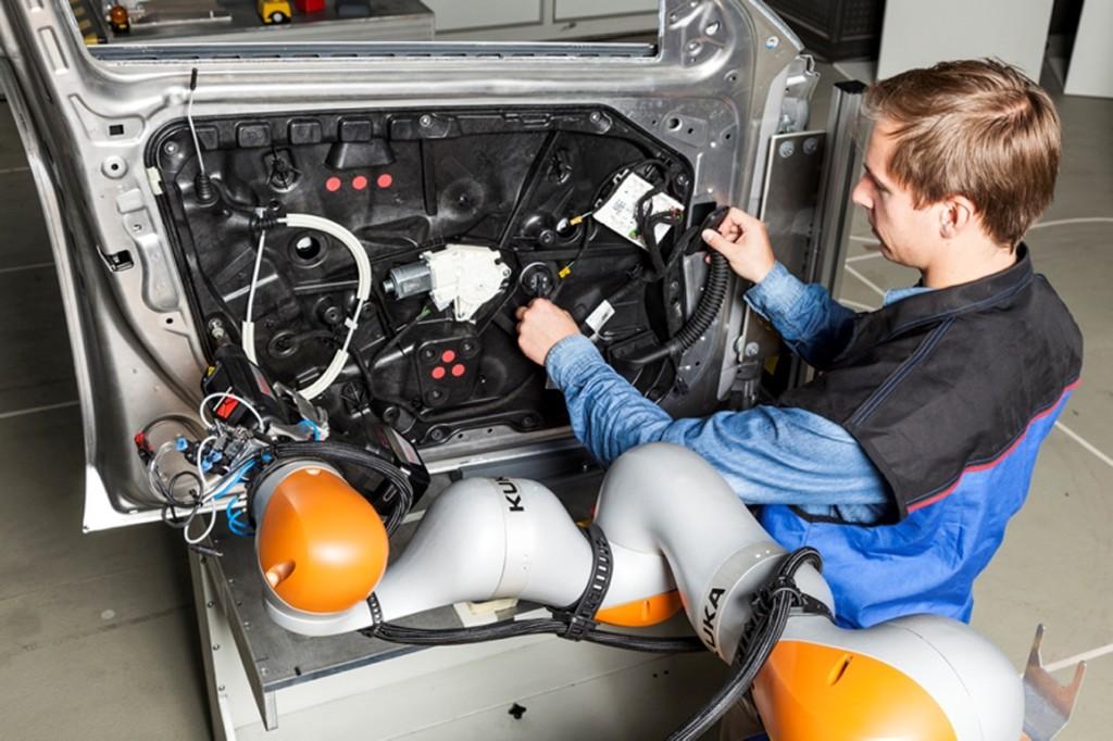 Kollaborierender Roboterassistent bei der Türmodulmontage Bild: Arena2036