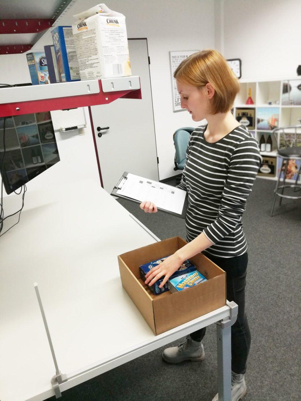 """Probandin mit Papierliste (links) am Verpackungsarbeitsplatz der Studie """"Kognitive Ergonomie"""", Probandin mit AR-Brille (Mitte) sowie Probandin mit digitalem Assistenten """"PackAssist"""" (rechts) Bild: Fraunhofer IML"""