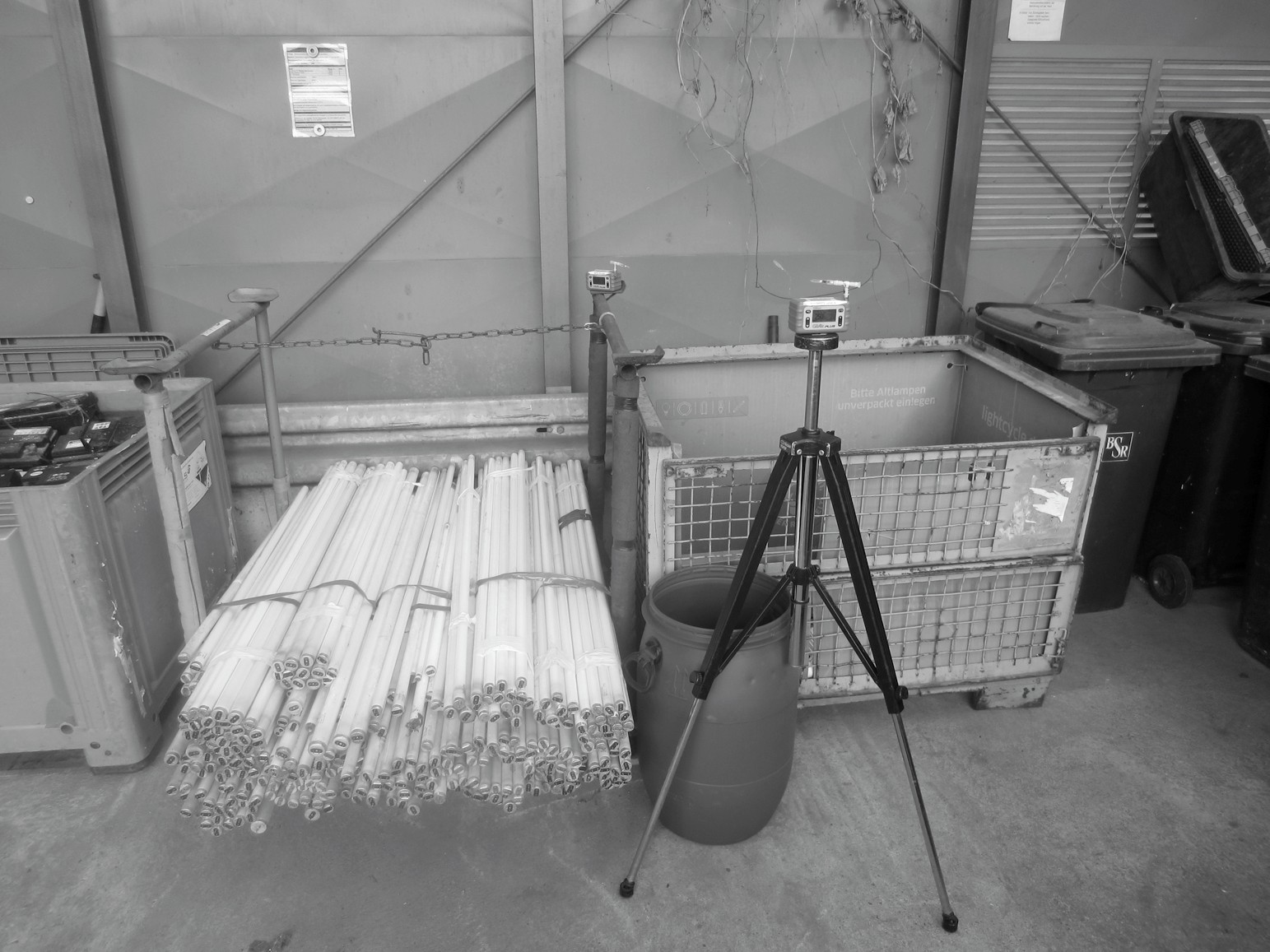 Bild 2. Quecksilbermessung an Rungenpalette und Gitterbox. Quelle: BAuA