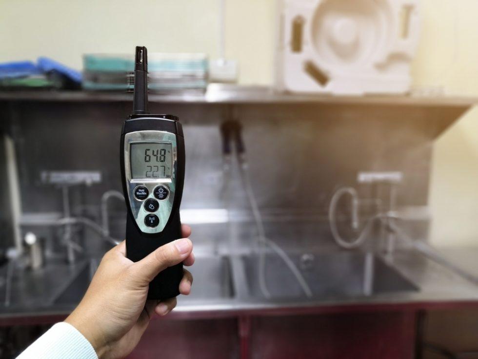 Techniker überprüft Temperatur und Luftfeuchtigkeit in der zentralen sterilen Versorgungsabteilung.Quelle: PantherMedia/booyarit_99