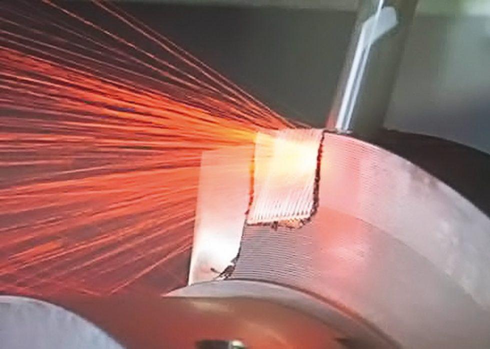 Keramikfräser MC275 beim Vollnutfräsen von Inconel718 mit 670m/min Schnittgeschwindigkeit. Produktivität und Gesamtspanvolumen sind deutlich höher als mit Hartmetallfräsern. Bild: Walter