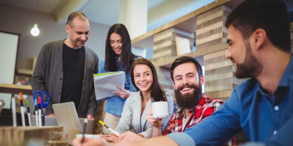 Businessleute lächelnd beim Treffen