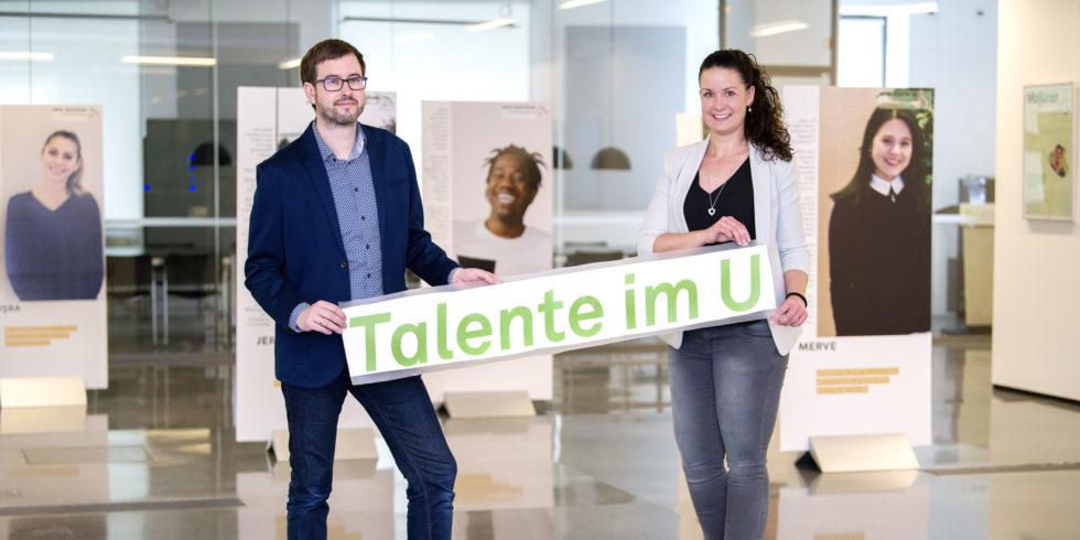 """Talentscout Marie-Christine Boos und Projektkoordinator Christian Stauer präsentierten die Ausstellung """"Talente im U""""."""
