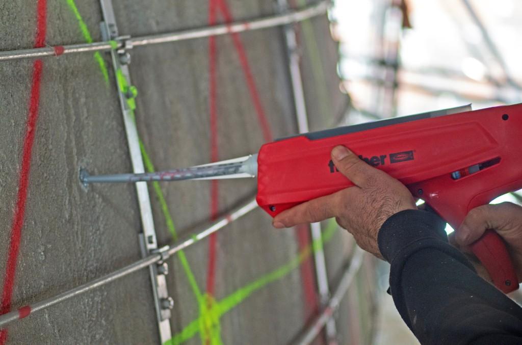 Der Injektionsmörtel sichert im Verbund mit dem Gewindestift die Kupferplatten. Foto: fischer