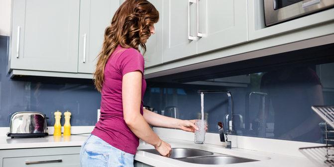 Wasser aus der Leitung können wir auch in Corona-Zeiten trinken. Foto: panthermedia.net/Wavebreakmedia (YAYMicro)