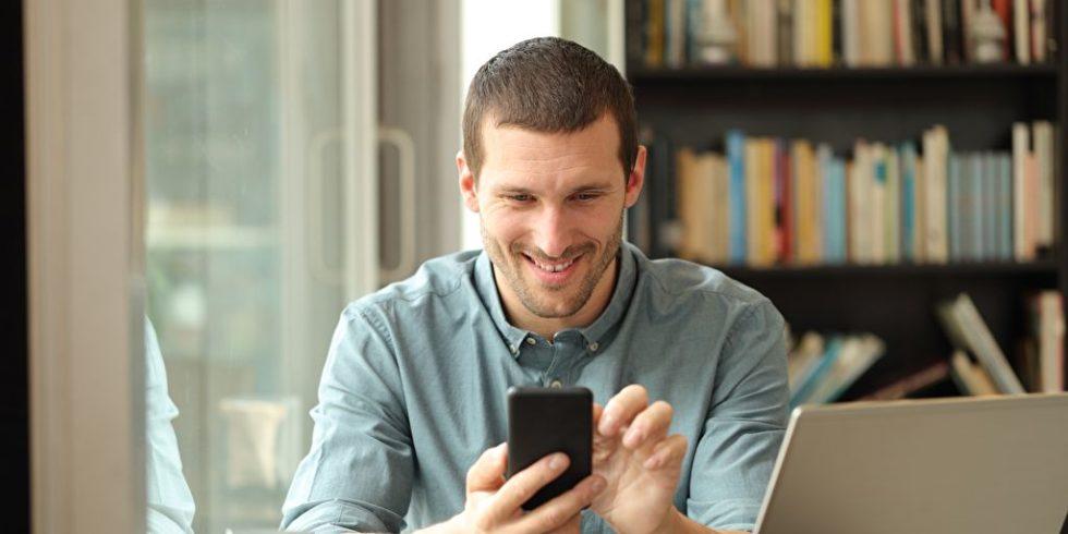 Mann nutzt Smartphone