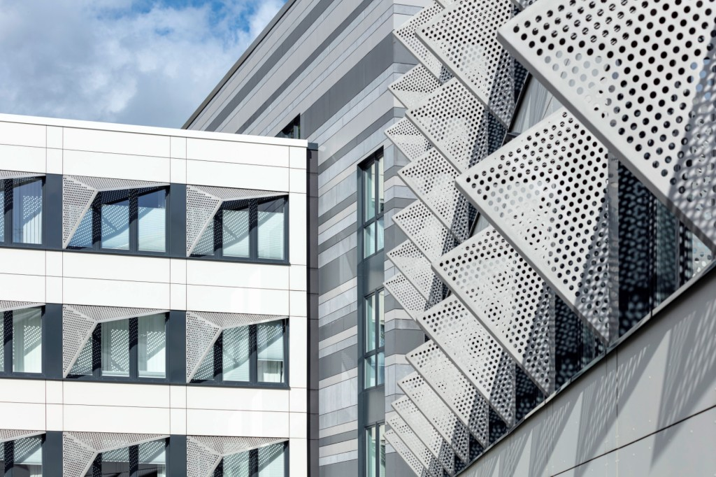 Die neue Fassade spiegelt die technische Ausrichtung der Schule nach außen. Foto: Axel Hartmann