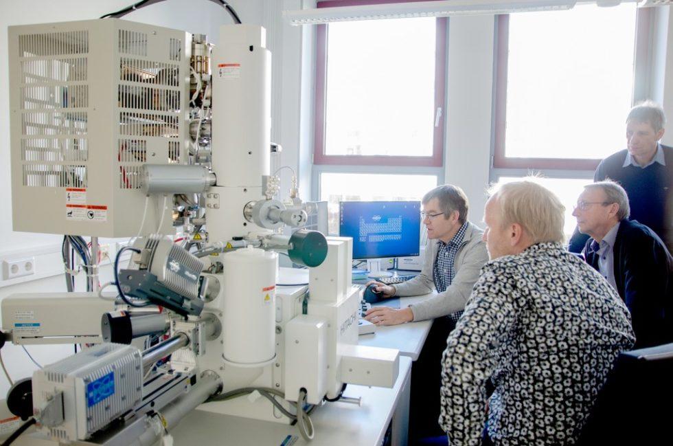 Die Mitarbeiter an der FH Münster nehmen gemeinsam gemeinsam mit ihrem Professor das neue Höchstleistungs-Elektronenmikroskop (SEM) in Betrieb (v.l.n.r.): Dr. Roland Schmidt, Holger Uphoff, Prof. Dr. Bernhard Lödding und Prof. Dr. Hans-Christoph Mertins. Foto: FH Münster/Theresa Gerks
