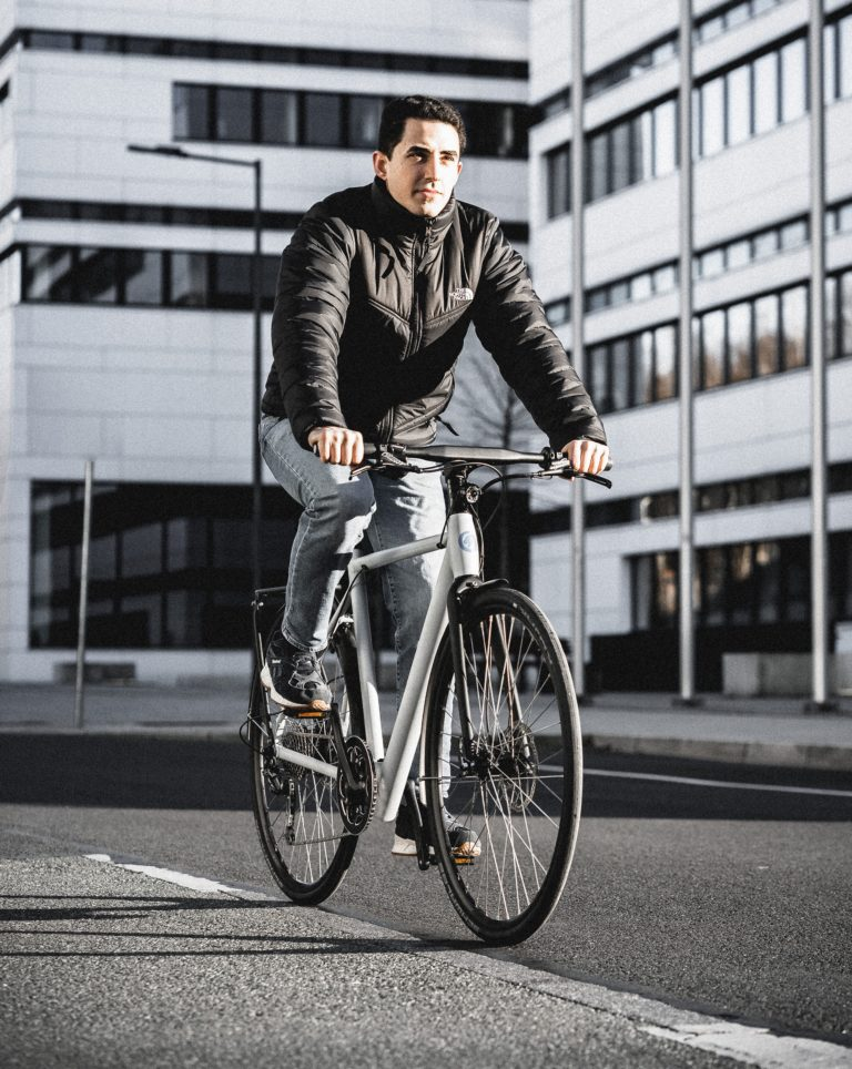 Can Öcal entwickelt seit 2018 E-Bikes in Wuppertal. Foto: Citypanta