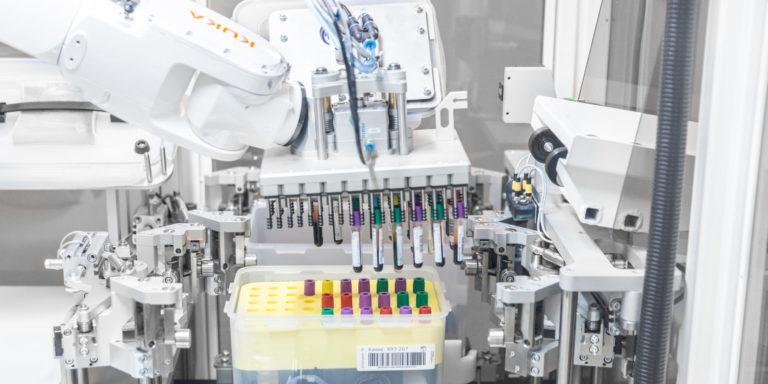 Der Roboter erkennt mittels eines Scanners die Röhrchen anhand der Deckelfarben. Foto: Kuka