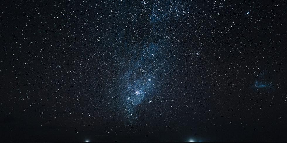 Am Nachthimmel sind die Starlink-Satelliten mit bloßem Auge zu sehen. (Symbolbild) Foto: panthermedia.net/AlexGukBO