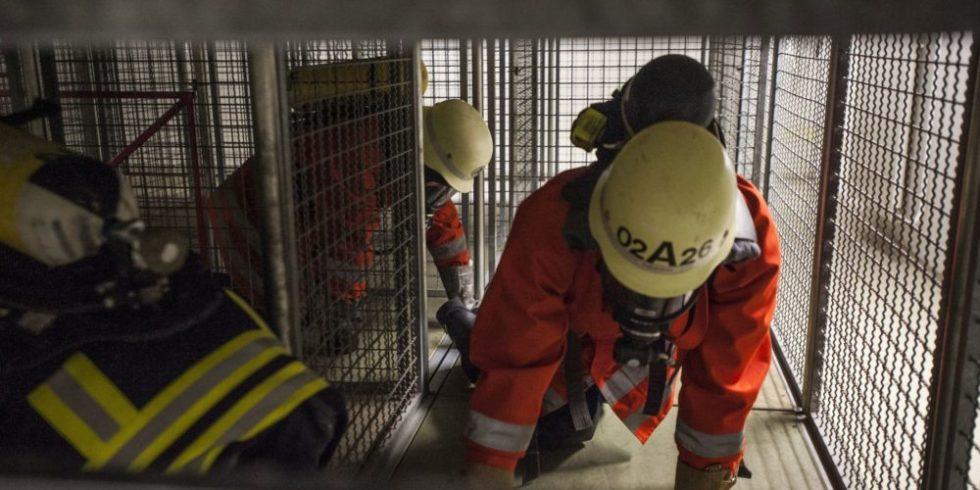 Rettungskräfte klettern durch Tunnel
