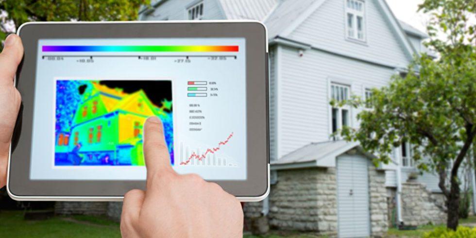 Tablet mit Grafik vor Haus