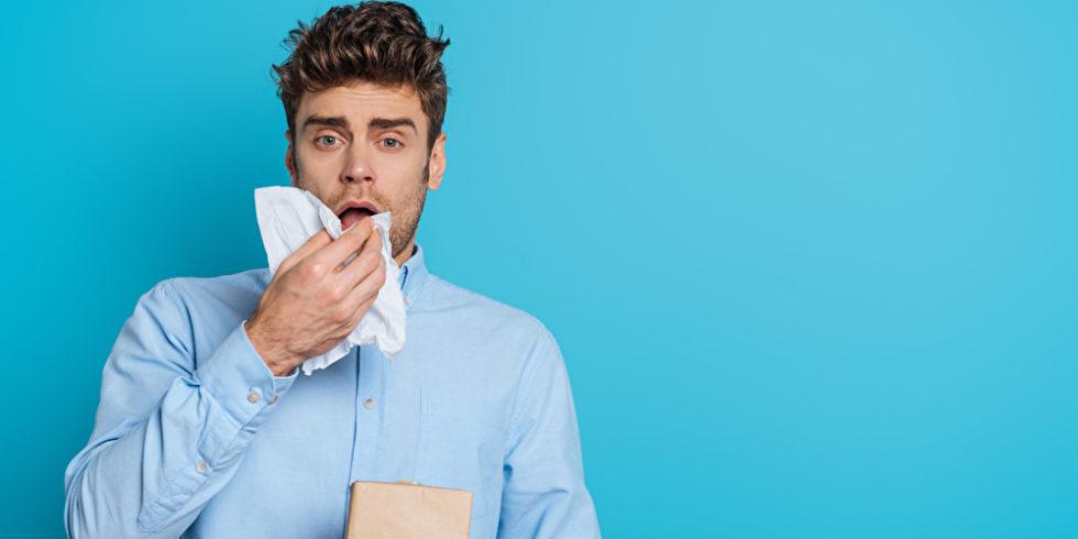 Mann mit Taschentuch