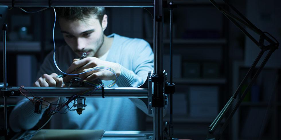 Mann am 3D-Drucker
