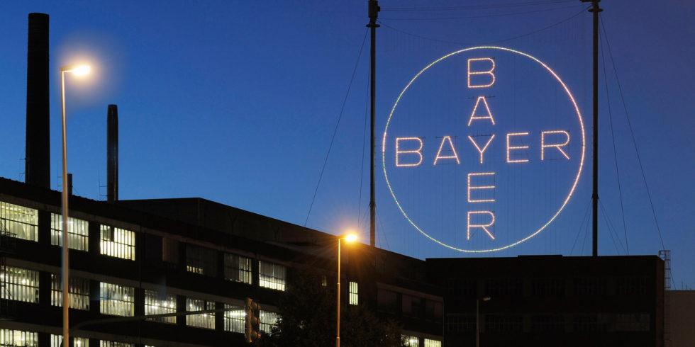 Das Bayer-Kreuz in Leverkusen bei Nacht