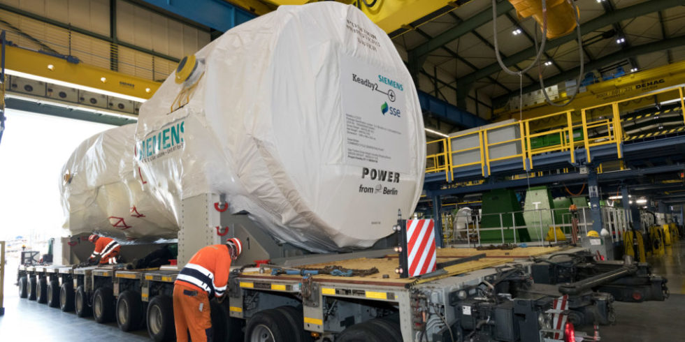 Die neue Hochleistungsturbine von Siemens auf dem Schwerlasttransporter.