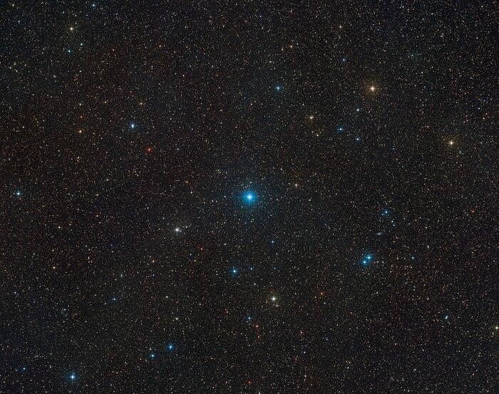 Das Bild zeigt die Region am Nachthimmel, in der das Schwarze Loch mit seinen beiden Begleitsternen im Sternbild Telescopium gesehen werden. Foto: ESO/Digitized Sky Survey 2 / Davide De Martin