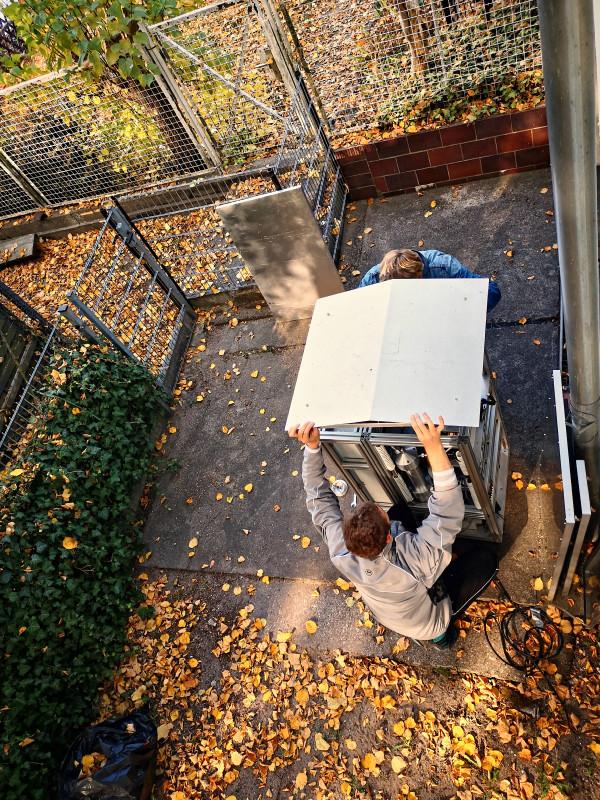 Aufbau Messgerät im Hinterhof