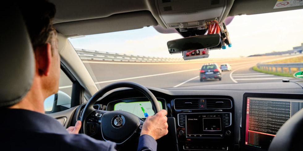Zukünftig können sich Fahrzeuge in sogenannten Platoons zusammenschließen und in sehr geringem Abstand zueinander fahren.  Foto: Projekt 5G NetMobil