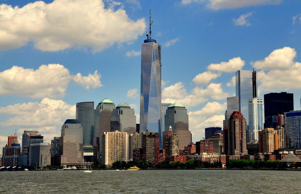 Nyc die untere Manhattan-Skyline mit den gläsernen World Financial Center-Türmen dominiert vom fast fertigen One World Trade Center Tower vom Hudson River aus gesehen