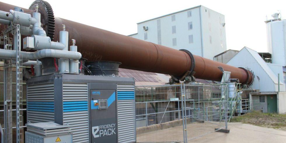 Ein Minikraftwerkwerk von Orcan Energy aus München steht am Drehrohrofens eines Tonwerks in Großheirath in der Nähe von Coburg. Es wandelt die 200 bis 300 Grad heißen Abgase des Drehrohrofens  in Strom um. Foto: Orcan Energy