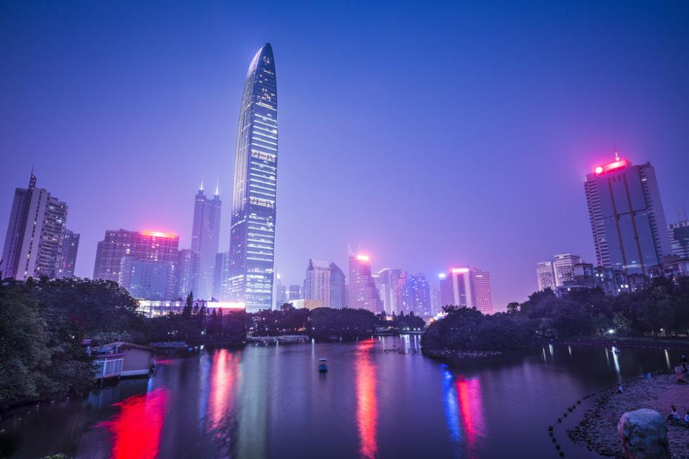Shenzhen Skyline der chinesischen Stadt in der Dämmerung.